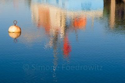 Wasserspiegelung eines Bootes