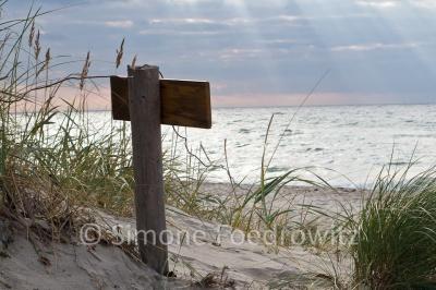 Holzschild am Weststrand der Ostseeküste