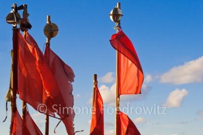 Im Wind wehende Fahnen am Darßer Nothafen
