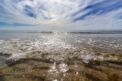 kleine einlaufende Welle an Meeresküste