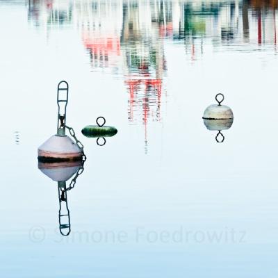 Bojen mit Bootsspiegelung