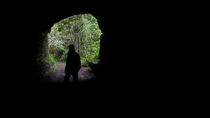 Silhouette eines Mannes im Tunnel
