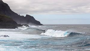 Wellen an der Steilküste