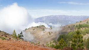 Wolke zieht den Vulkanhang hinauf