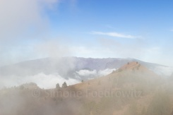 Vulkangrat in Wolken