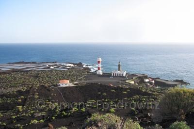 Blick auf die Küste mit Leuchttürmen
