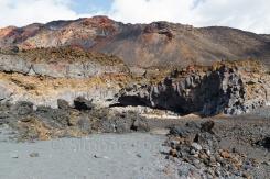 Sandtrand an Vulkanfelsen