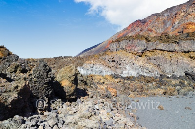 Sandstrand an Vulkanfelsen