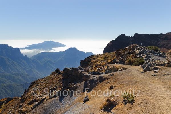 Weg am Schluchtrand mit Blick auf Berge