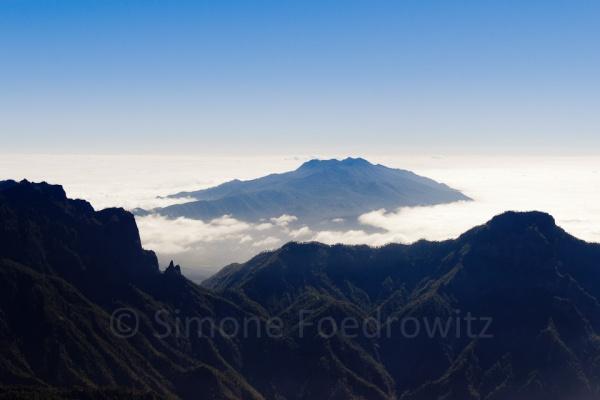 Berggipfel in Wolken gehüllt