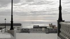Blick vom Kirchenvorplatz auf das Meer