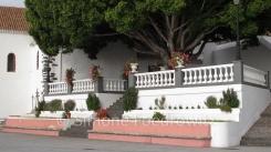 Kirchenvorplatz mit Balustrade und Baum