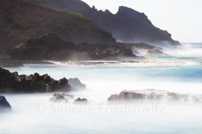 nebelig erscheinende Meeresbrandung an der Steilküste
