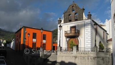 Kirche und orangefarbenes Haus