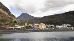 Die Stadt Puerto Tazacorte am Meer mit dahinterliegenden Bergen