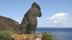 Eine große Skulptur an der Küste