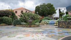 Ein Platz mit Mosaikboden