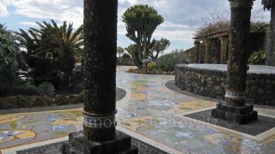 Ein Platz mit Mosaikboden und Pflanzen