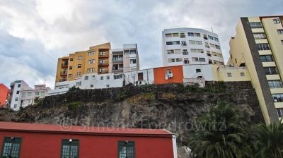 Mehrere Häuser stehen auf einem Felsen in der Stadt Santa Cruz