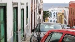 Ein Straßenzug mit Häusern und Autos in der Stadt Santa Cruz