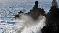 Meeresgischt an einem Felsen