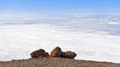 Zwei große Lavasteine am Abhang über Wolken