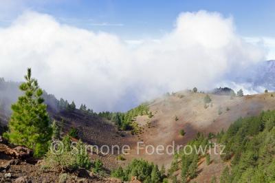 Wolken an einem Berggrat