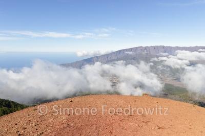 Wolken ziehen am Vulkan hoch