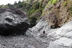 Wanderer im Flussbett einer Schlucht