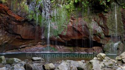 Wasserfälle ergießen sich in das Flussbett