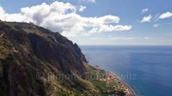 Aussicht über das Meer entlan einer Steilküste mit Stadt