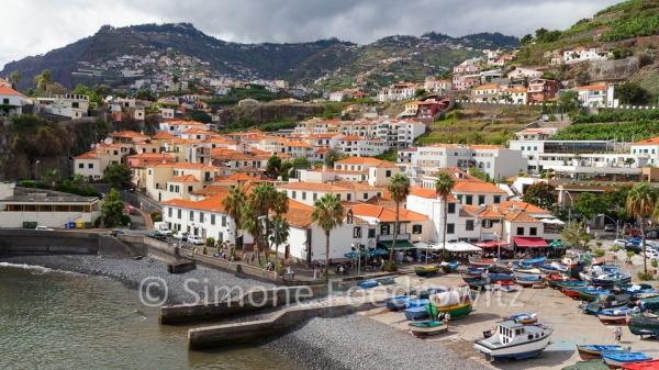 Fischerdorf mit weißen Häusern und orangen Dächern