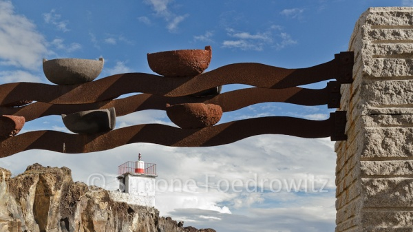 Skulptur aus Eisen und stein symbolisiert die Verbundenheit von Fischern zum Meer