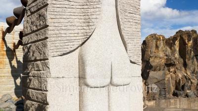 Relief eines Hinterns aus Stein (Skulptur Meer der Hoffnung)