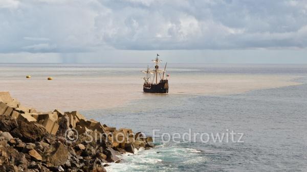 Segelschiff an der Felsküste