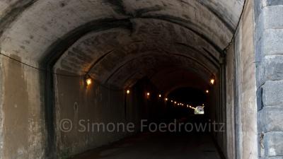 alter Tunnel mit einigen Lampen