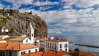 Küstenstadt mit Kirche vor dem Meer