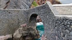 Steinbrücke am Meer