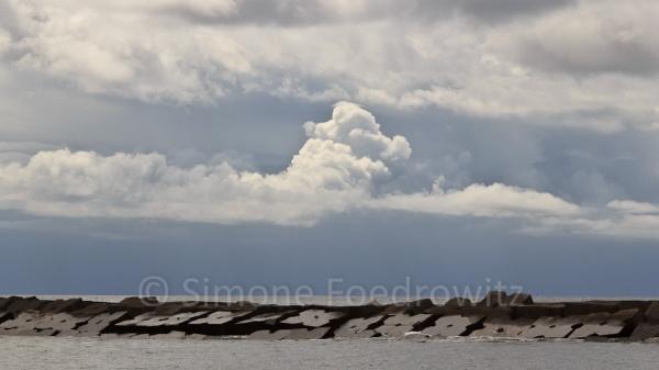 Regenwolke über einer Betonmole