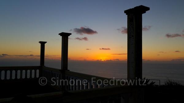 dunke Säulen vor untergehender Sonne