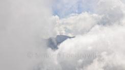 wolkenverhangender Berggipfel