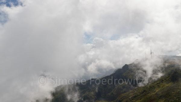 wolkenverhangende Berghänge
