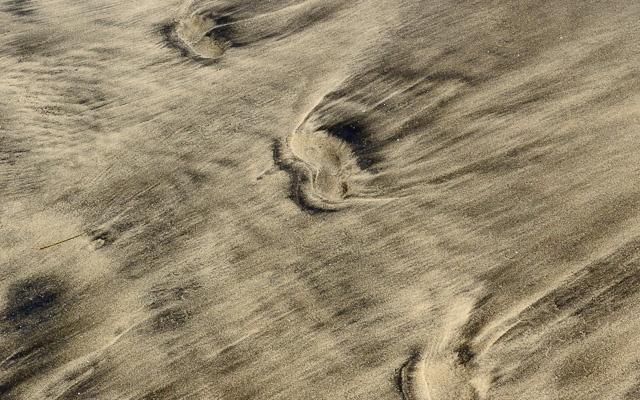 Fusspuren im marmorierten Sand