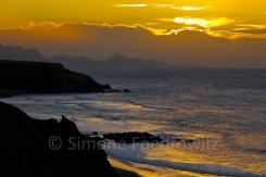 Sonnenuntergang bergige Küste