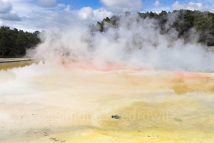 aufsteigender Dampf über orange-gelber Fläche