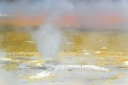 Fumarole schwebt über gelb-weißen Boden
