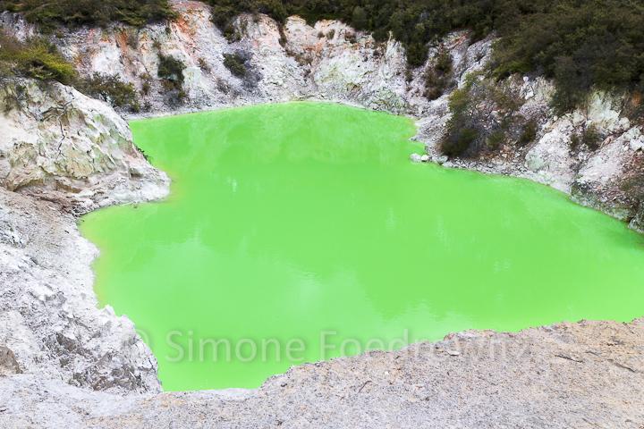 giftgrüner See umfasst von weißem Gestein