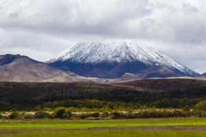 schneebedeckter Stratovulkan