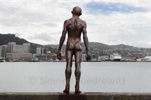 männliche Statue am Ufer