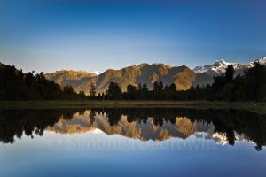 Im Wasser reflektierende Berge